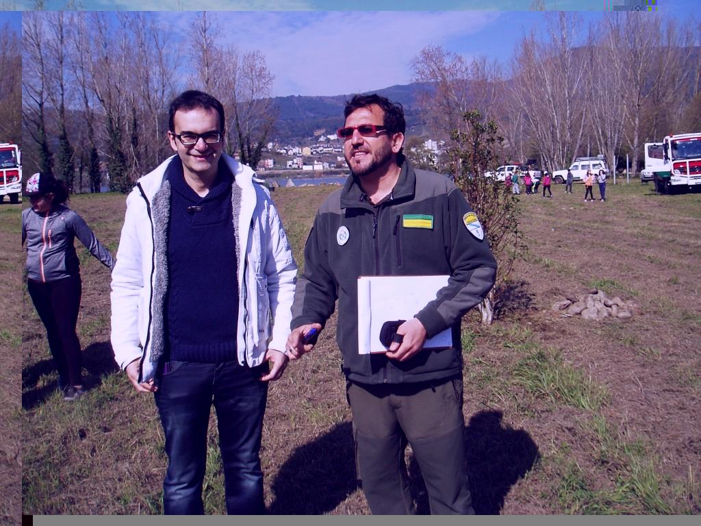 Angel Fouce, jefe del Distrito 13 (a la izquierda) con el agente forestal Isidro Martínez