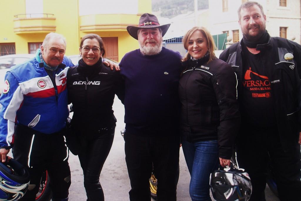 Francisco José Ballesteros (en el centro) y un grupo de moteros