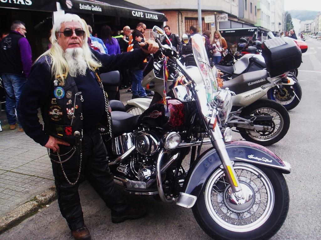 Hilario García Ortega, motero veterano con su moto
