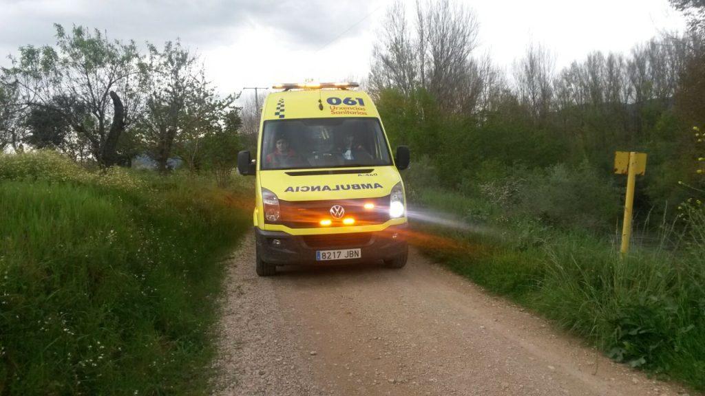 Momento en que la ambulancia abandona el lugar (sito junto al área del Salgueiral de O Barco) junto al río Sil con el cuerpo de la víctima