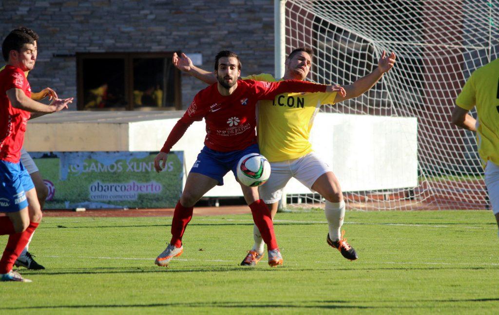 Rodri controla el esférico ante la presión de un defensor