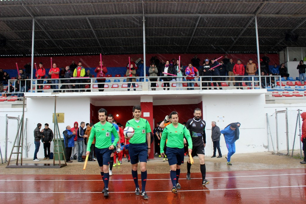 La lluvia hizo acto de presencia en la salida de jugadores y colegiados