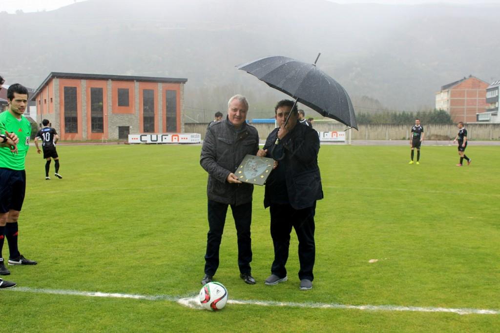 """José Luis Cachaldora recibiendo un obsequio por parte del presidente del Barco """"Nilo"""""""
