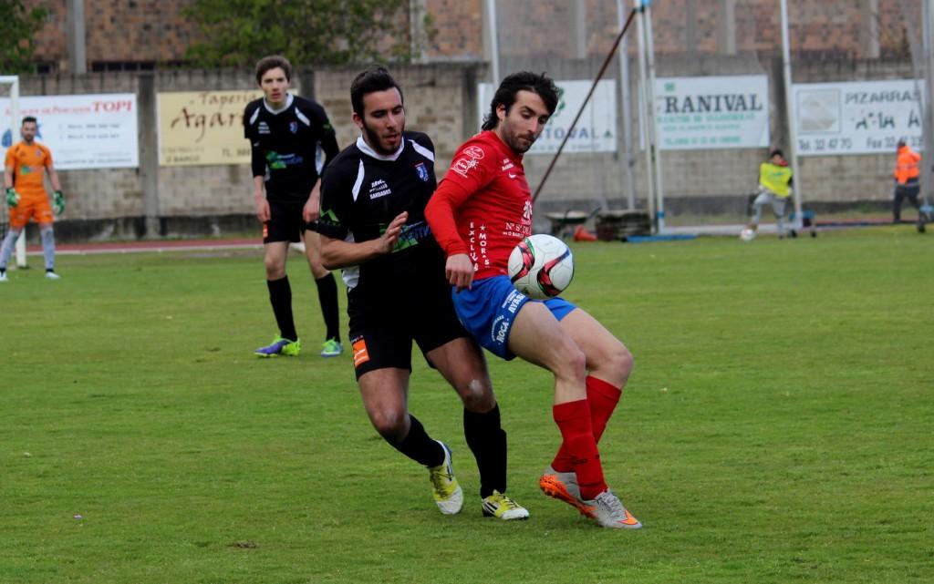 Rodri protege el balón ante un jugador del Barbadás