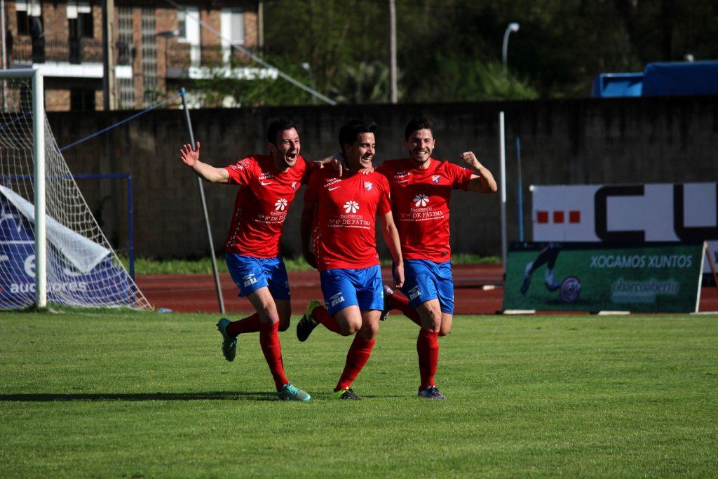 Rubén Arce y Recamán celebran junto a David Álvarez su gol