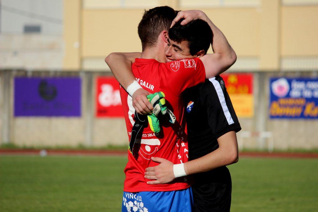 Kiko se abraza emocionado a Borja tras el pitido final