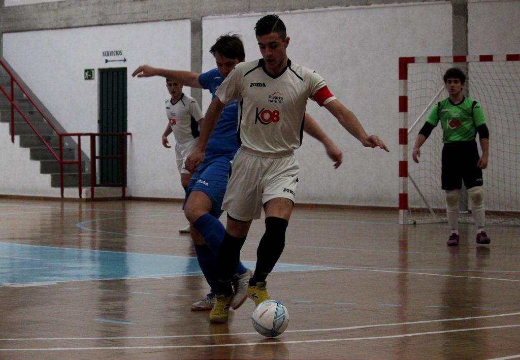 Cristian, una de las bazas del Tres Cuñados controla el balón ante la presión de un defensa