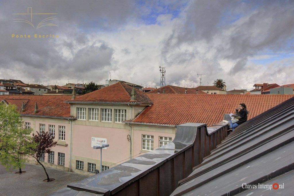 Participantes sobre un tejado para visualizar la ciudad