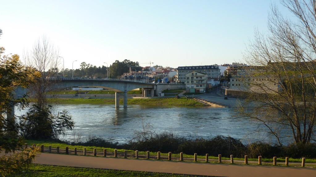 Ponte sobre o Rio Mino unindo Salvaterra do Miño (España) e Monçao (Portugal). Autoría: Kanano