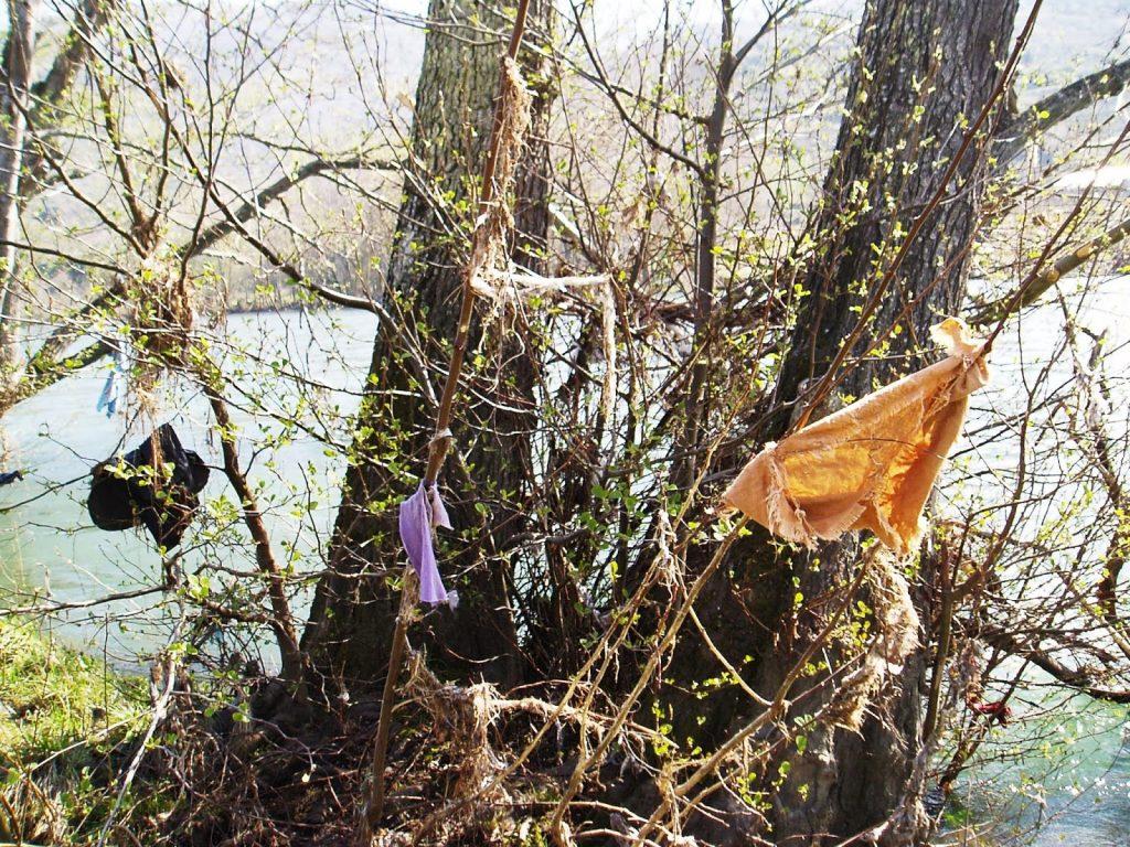 Río Sil en A Rúa con bolsas y telas