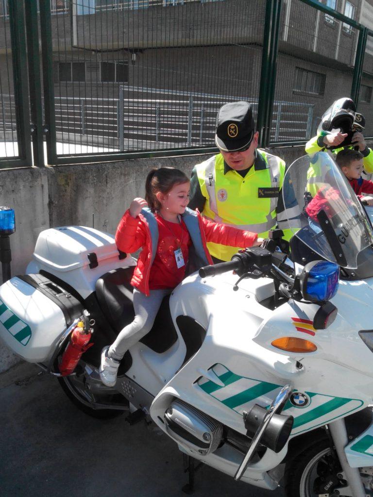 Una niña se divierte en la moto