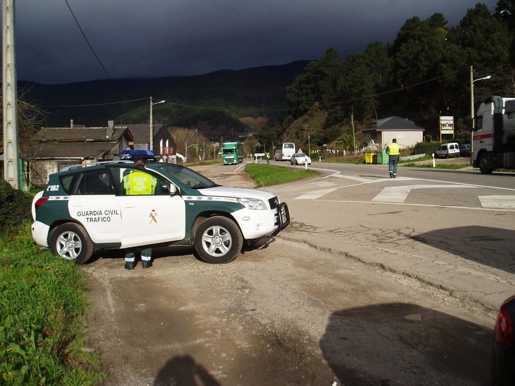 Uno de los controles de Tráfico de Ourense llevado a cabo en Valdeorras