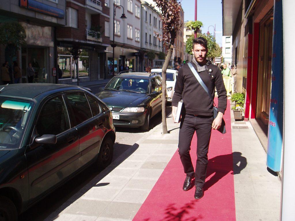 Uno de los modelos por la alfombra roja a la puerta de Librería Murciego