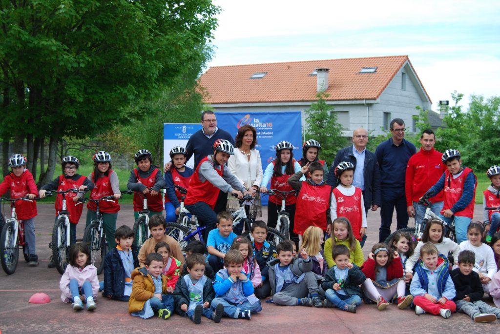 La delegada territorial de la Xunta en Ourense, Marisol Díaz Mouteira, asistió ayer a una charla del director deportivo de la 71 edición de La Vuelta ciclista a España, Javier Guillén