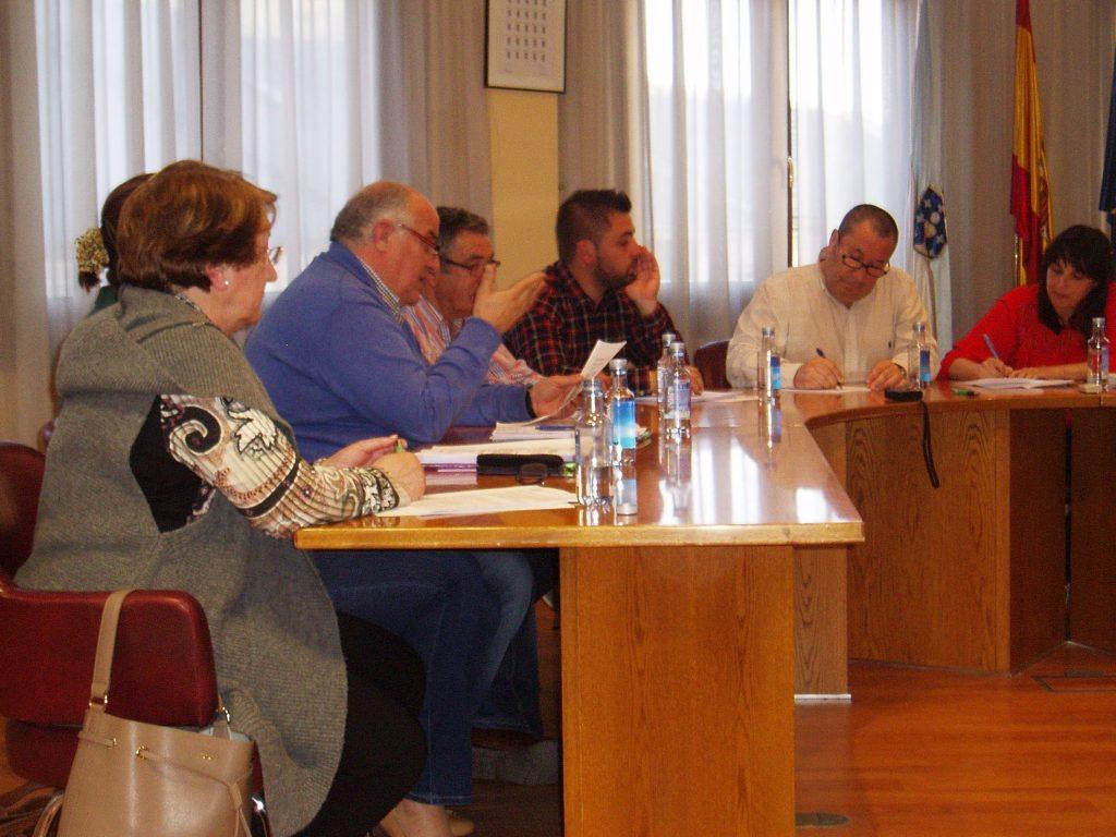 Avelino García y ediles del PP, durante el pleno