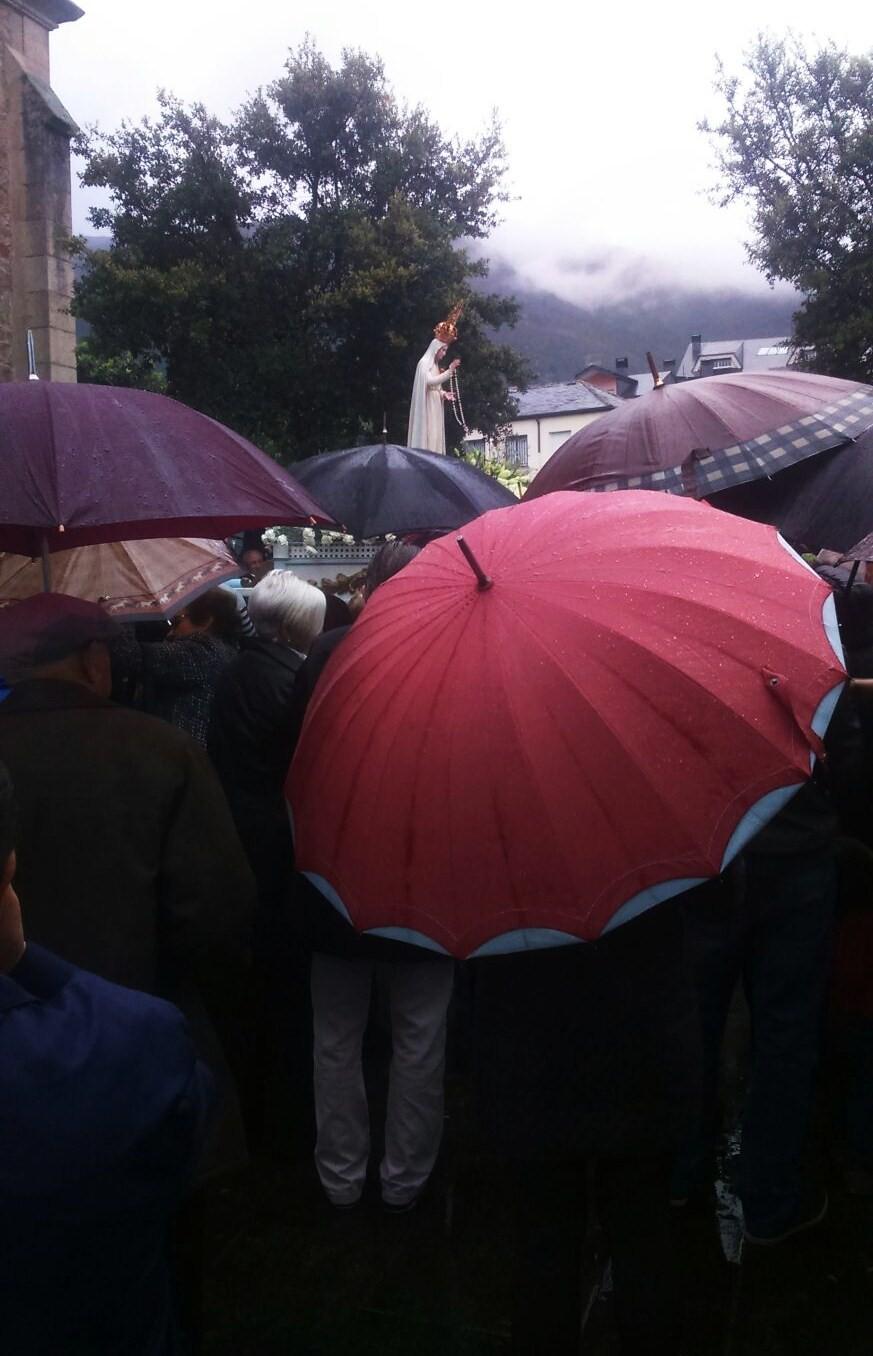 Bajo el paraguas siguiendo a la Virgen de Fátima