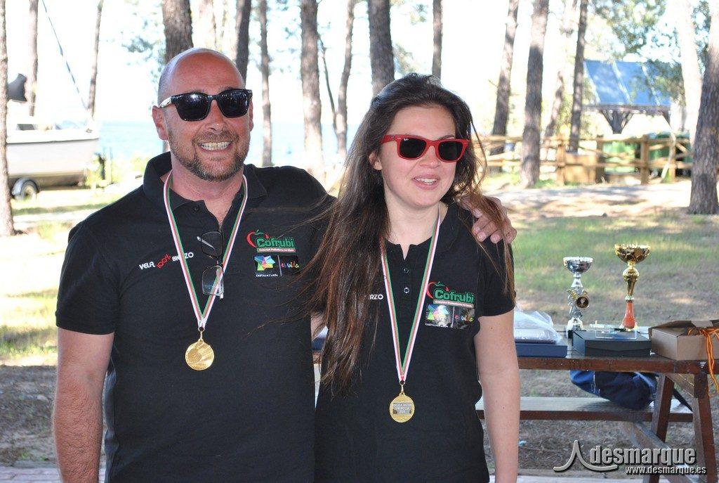 Raúl García y Elena Martínez posan con su medalla de plata