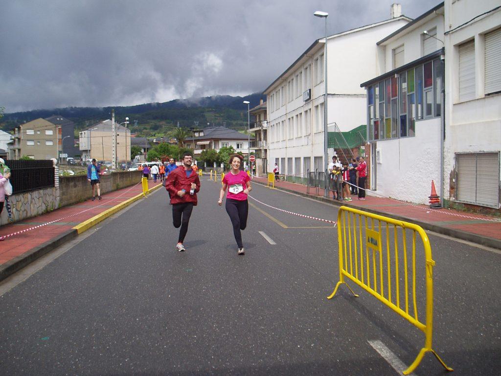 Dos corredores entrando en la meta