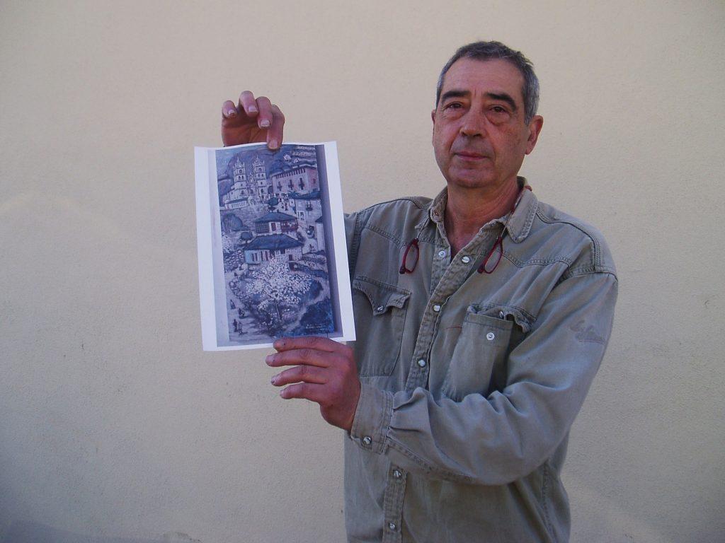 El artista muestra una pintura de una boda en As Ermitas realizada por él