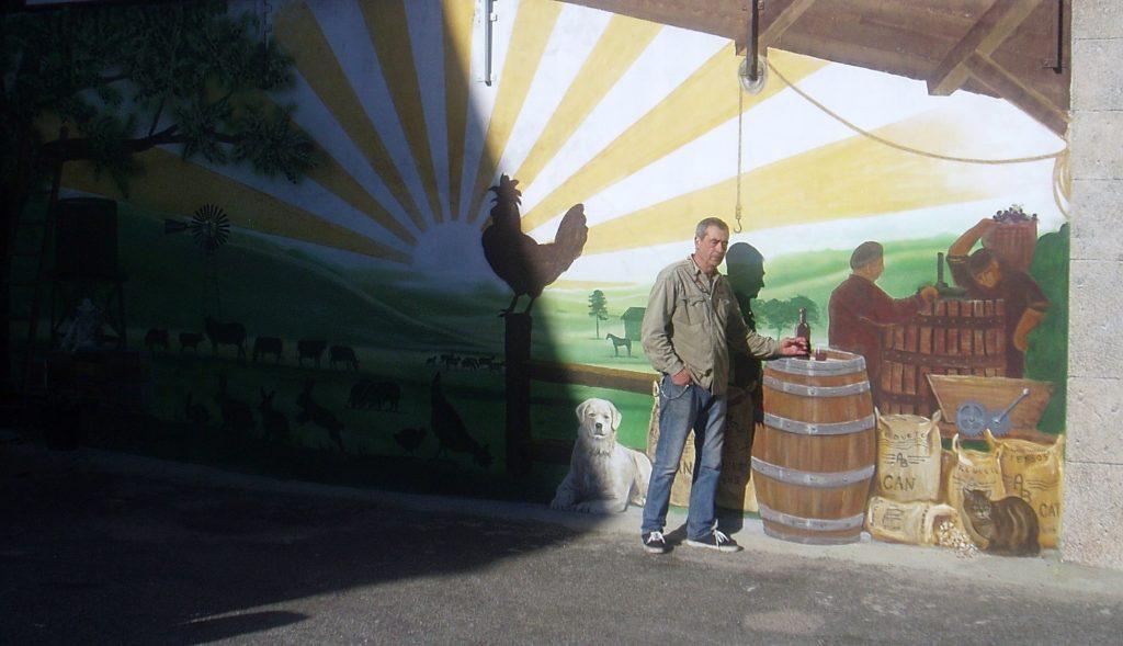 El diseñador con otro de sus murales