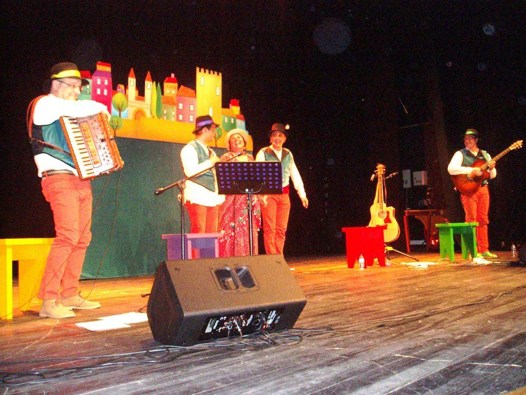El equipo musical sobre el escenario