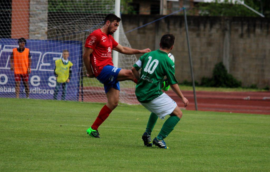 Pablo Corzo despeda el balón ante un jugador del Mugardos