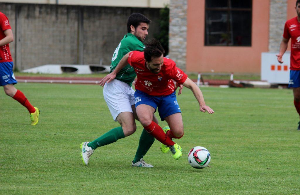 Rubén García es derribado por un jugador visitante