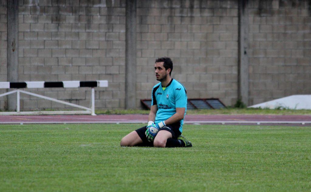 Paco, guardameta del Mugardos desesperado tras una jugada de su equipo