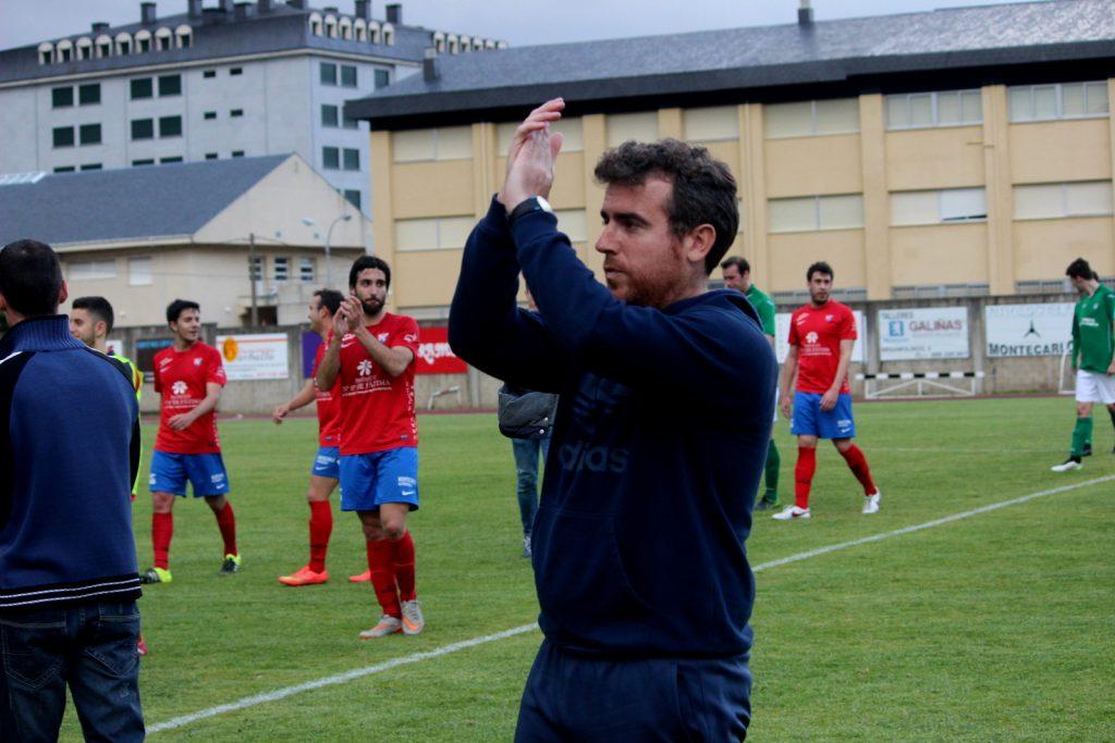 Javi Rey aplaude a la afición tras el Barco-Galicia Mugardos