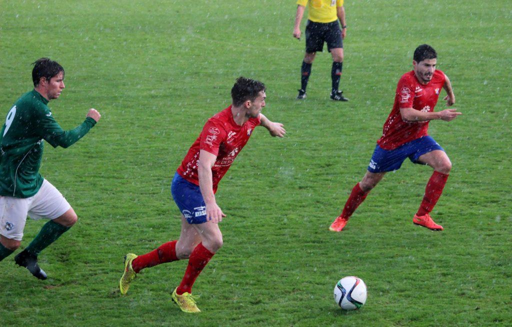 Borja se dispone a centrar el balón ante la mirada de un jugador del Mugardos