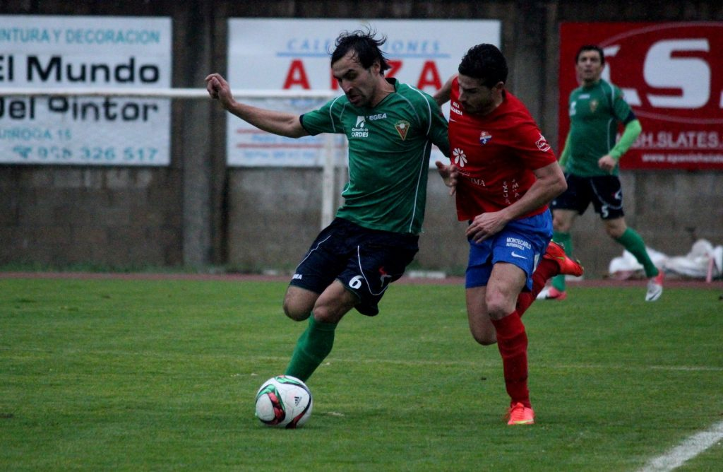 Javi Recamán trata de robar el balón a un jugador del Órdenes