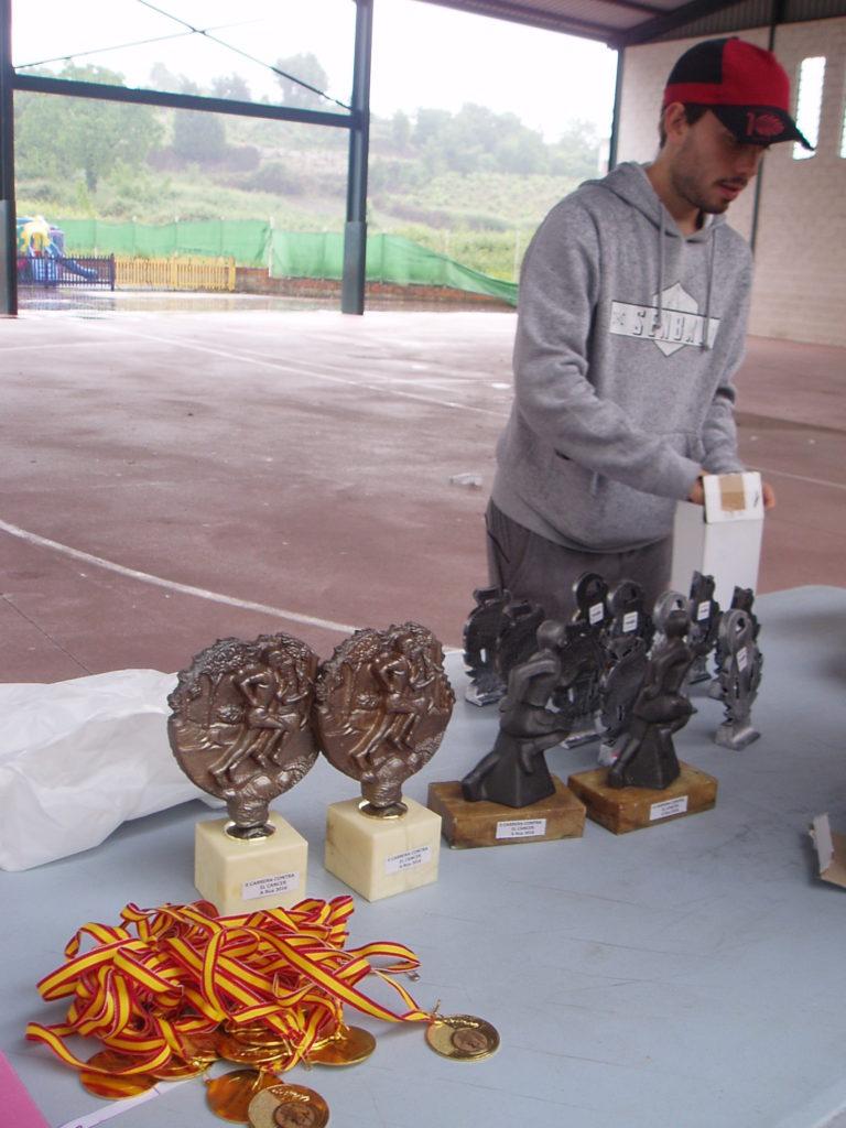 Iván Dos Santos colocando los trofeos
