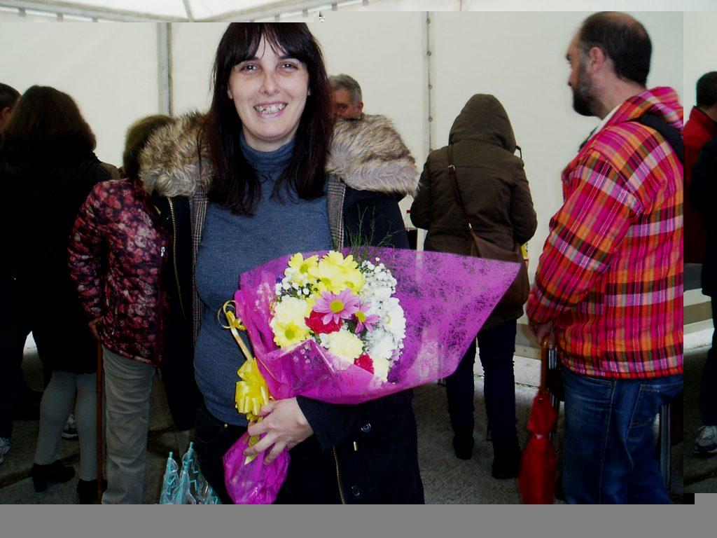 La asociación regaló un ramo de flores a la alcaldesa de A Rúa