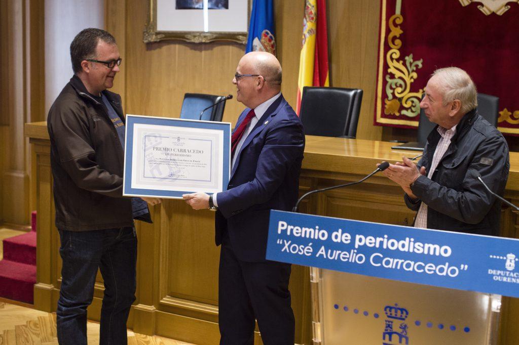 Manuel Baltar entrega a Santiago Jaureguízar o Premio Carracedo de Periodismo