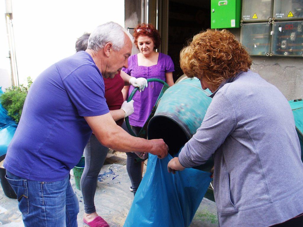 Mezclando el serrín con tinte azul en la hormigonera