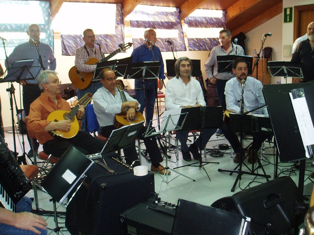Moisés Blanco (a la derecha) explica el motivo de la canción