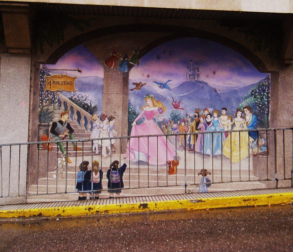 Mural de Princesas en una fachada comercial de O Barco