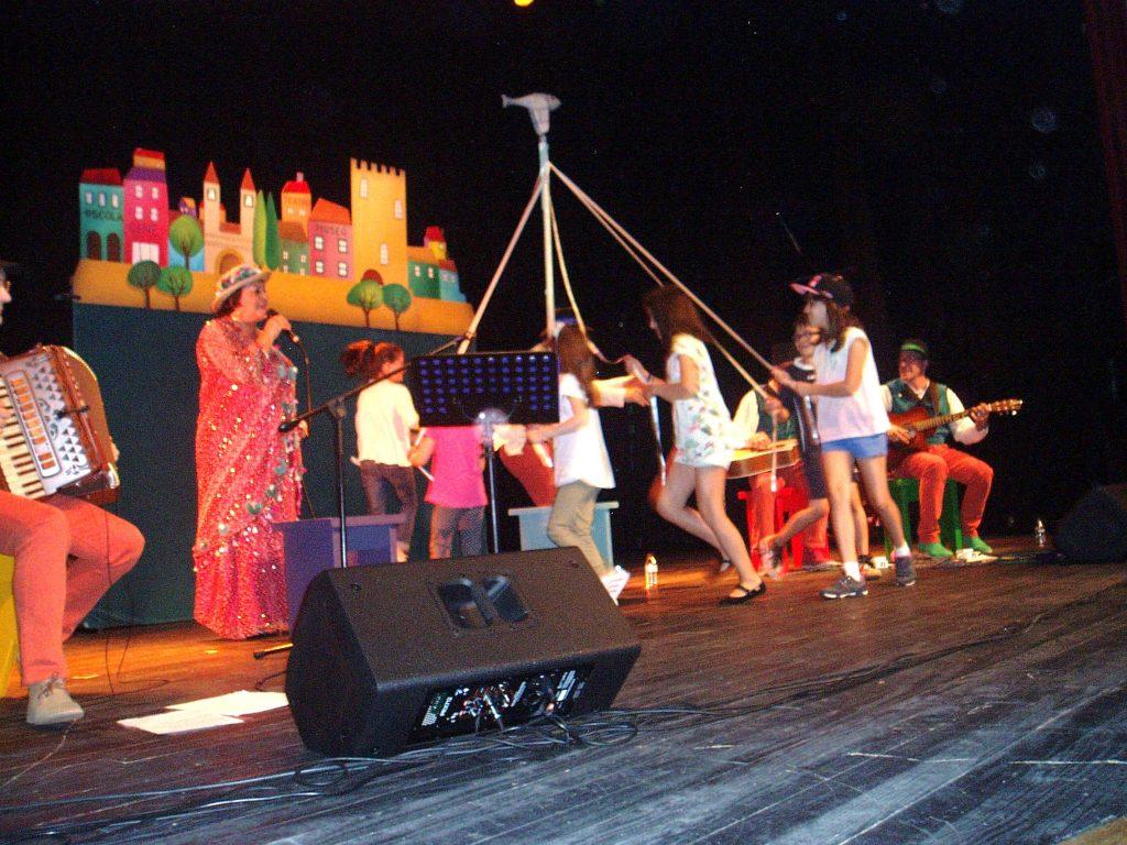 Niñlos del público subieron al escenario