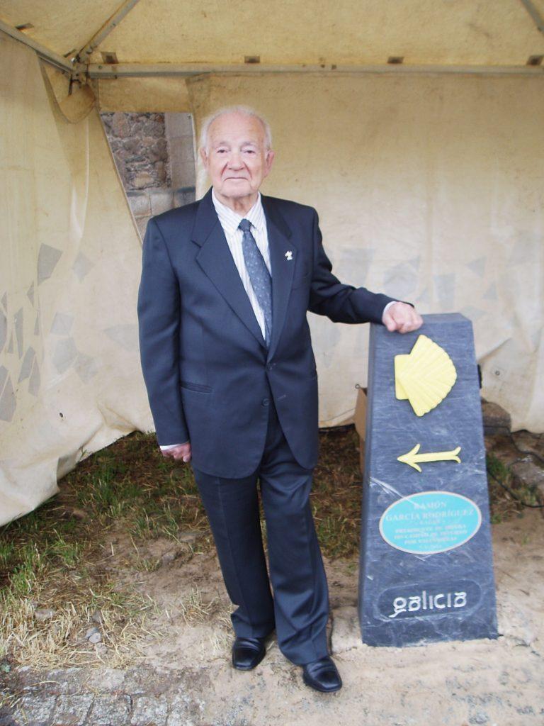 Ramón García con el mojón que lleva su nombre