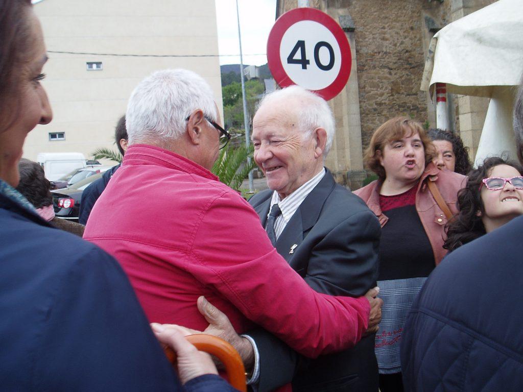 Ramón García rodeado de gente para felicitarlo