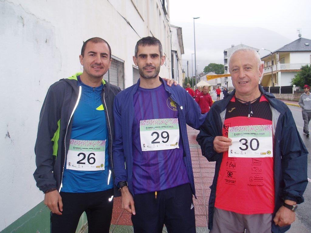 Tres participantes en la carrera contra el cáncer