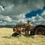 antiguo-tractor-abandonado,-naufragio,-tractor-en-el-campo,-nubes-170372