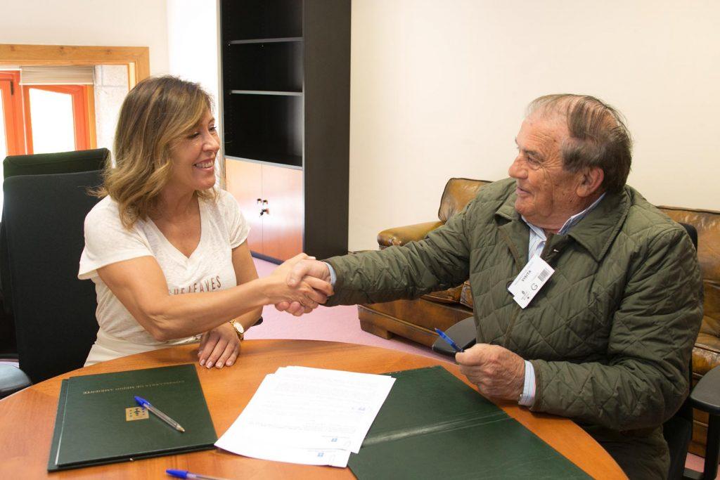 La conselleira de Medio Ambiente y Ordenación del Territorio, Beatriz Mato, y el alcalde de la localidad, Manuel Corzo Macías Fernández, se reunieron hoy en Santiago para formalizar esta colaboración. Autoría: Xoán Crespo