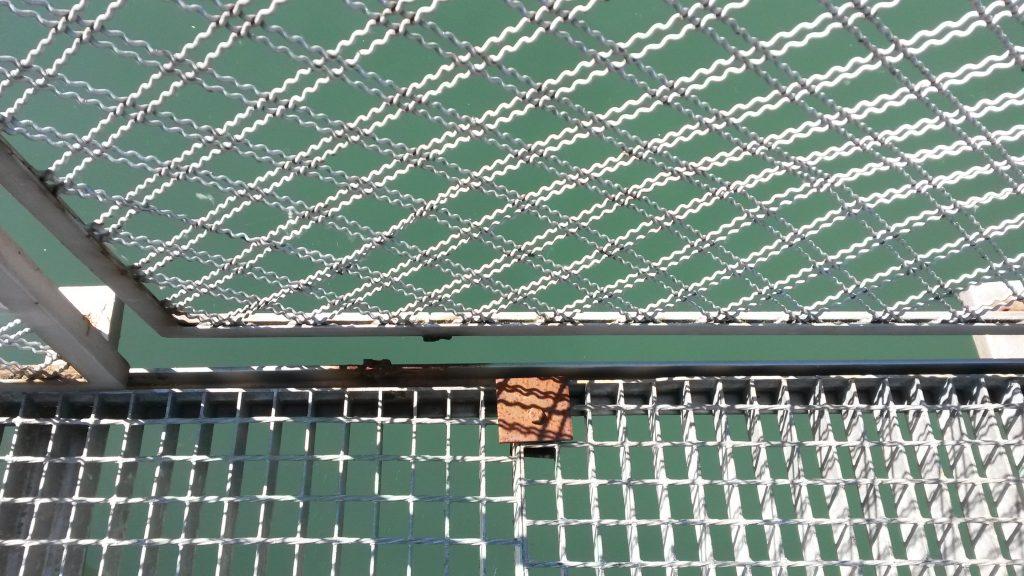 Chapas de la pasarela rotas y oxidadas