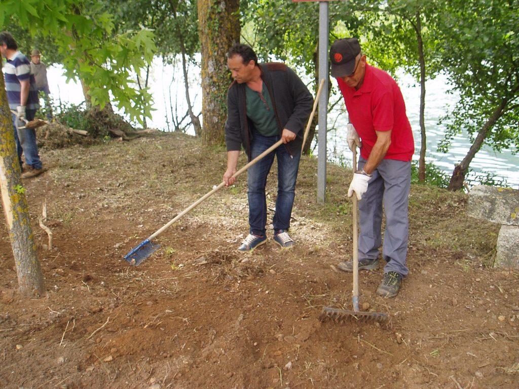 El alcalde de Vilamartín con un voluntario