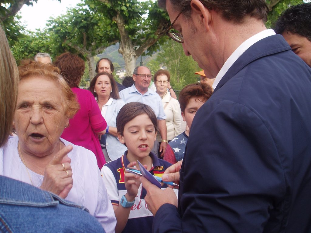 Feijóo firma un autógrafo a un niño