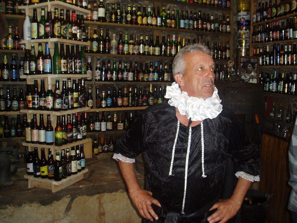 Javier López (Parra) con sus botellas de cerveza