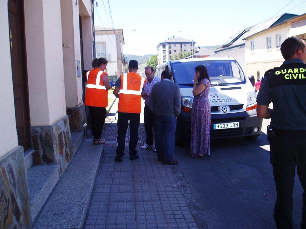 La Guardia Civil, operarios, vecinos y la alcaldesa a la puerta de la vivienda