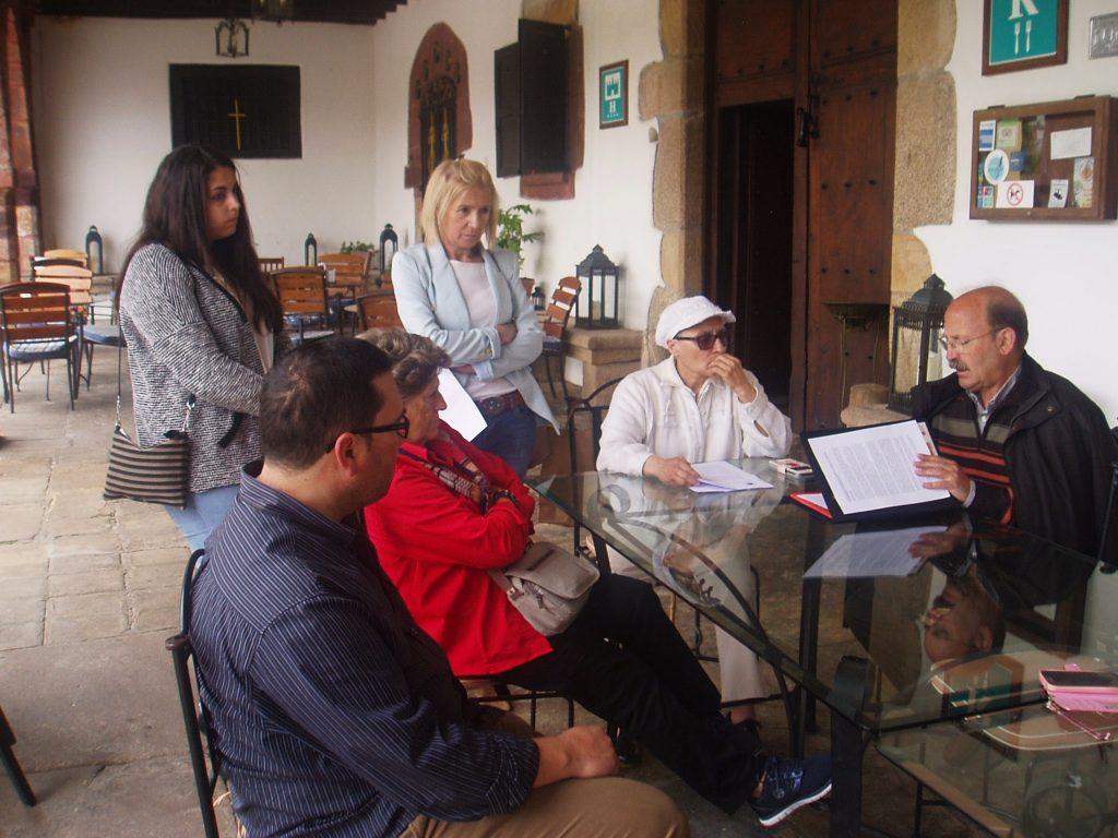 La directiva de la Asociación de Amigos do Camiño por Valdeorras con representantes de Concellos de Rubiá y O Barco