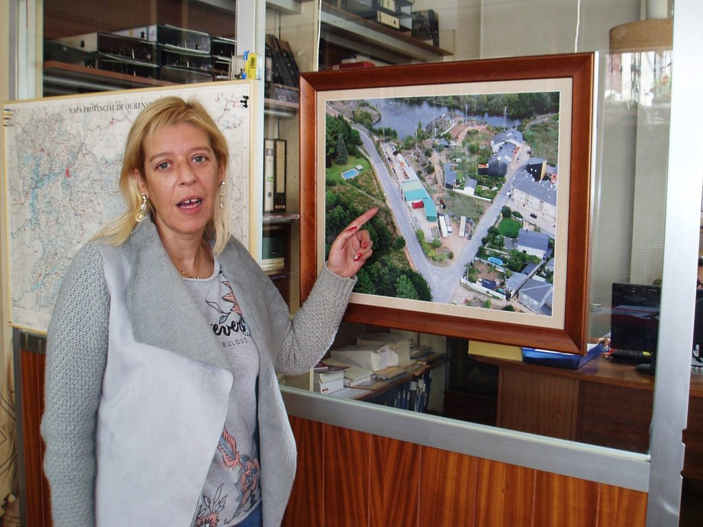 La gerente de Anpema muestra una fotografía de las naves de la empresa